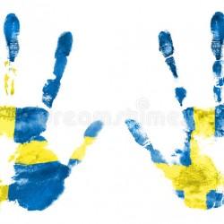 isolera-avtrycken-av-två-händer-i-färgerna-av-den-svenska-flaggan-93524662
